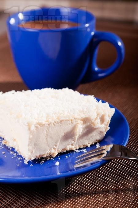 Домашна сладоледена торта с блат от бисквити, сметана и крема сирене - снимка на рецептата